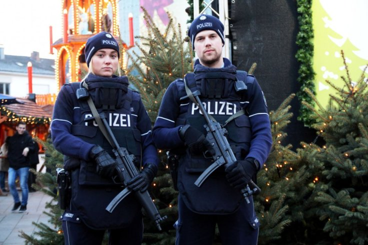 161220-2154-die-polizei-kontrolliert-verst-rkt-auf-dem-weihnachtsmarkt